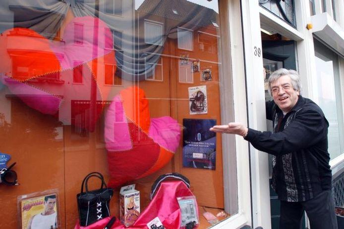 """Franks Vissers van de Deventer Bookshop toont zijn opmerkelijke etalage. """"Ik ga twee mensen verrassen. Met iets uit mijn eigen winkel, ja. En nog iets erbij."""" foto Tom van Dijke"""