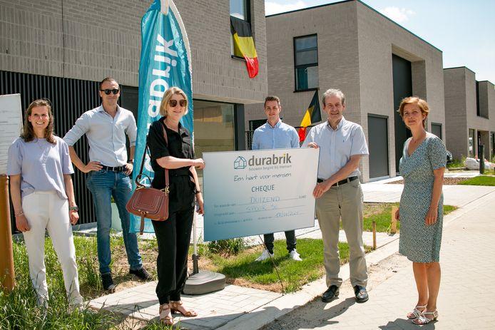 Claudia Callens van Durabrik en burgemeester Lieven Dehandschutter schenken een cheque aan Gert Van Winckel van de vzw Spoor 56 (rechts).