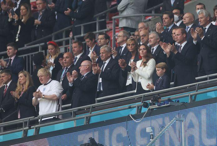 Enkele zeteltjes verder zat Brits premier Boris Johnson. Hij had voor de gelegenheid een Engeland-truitje aan.