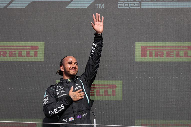 Lewis Hamilton zondag op het podium na zijn overwinning op Silverstone.  Beeld EPA