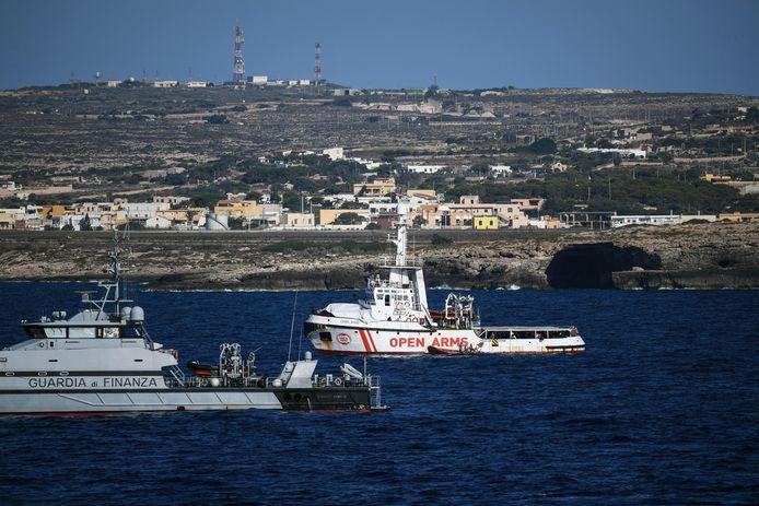 Het schip Open Arms dat Salvini weigerde voor de kust van Lampedusa.