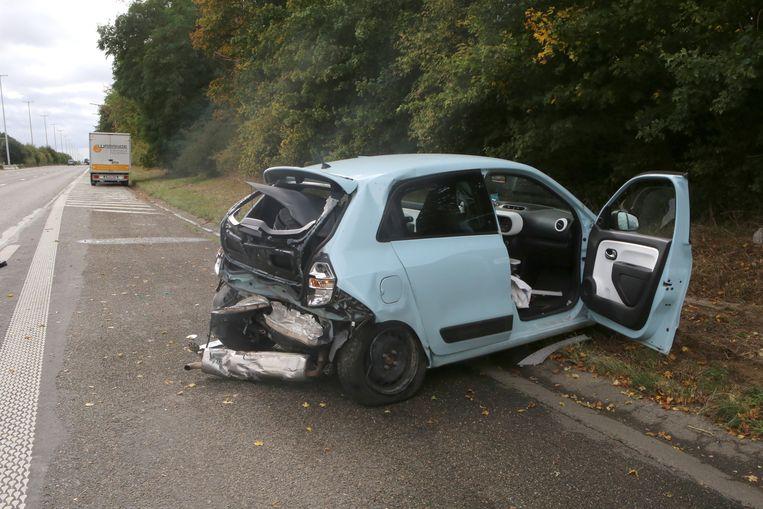 De toegesnelde wegpolitie moest de bestuurster van deze Renault Clio reanimeren na een hartstilstand.