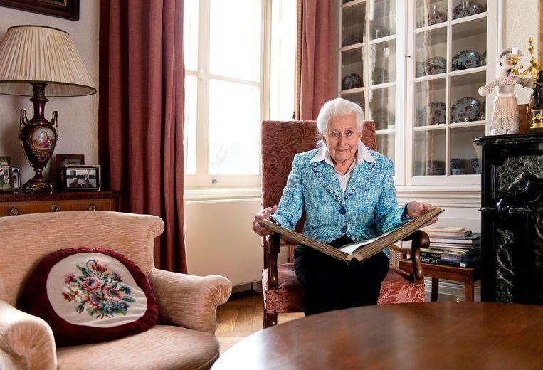 Cornelie Petter-Godin de Beaufort met een van de plakboeken over haar broer. Beeld Klaas Jan van der Weij