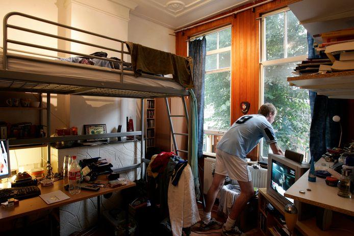 Een bewoner in 2007 in zijn gehuurde kamer in de binnenstad van Utrecht.
