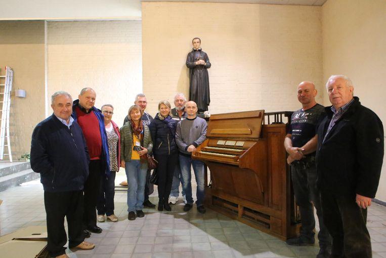 Deken Felix Van Meerbergen en een delegatie uit Polen bij het orgel.