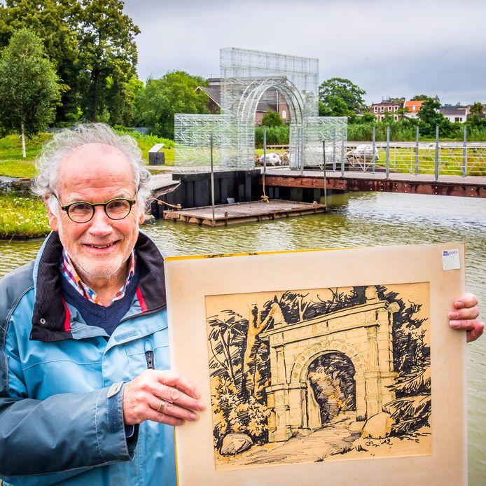 Hans de Gruil toont originele poort van vroeger Huys Hengelo op de achtergrond nieuwe stalen poort.