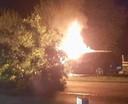 De auto van de man brandde na het ongeval volledig uit