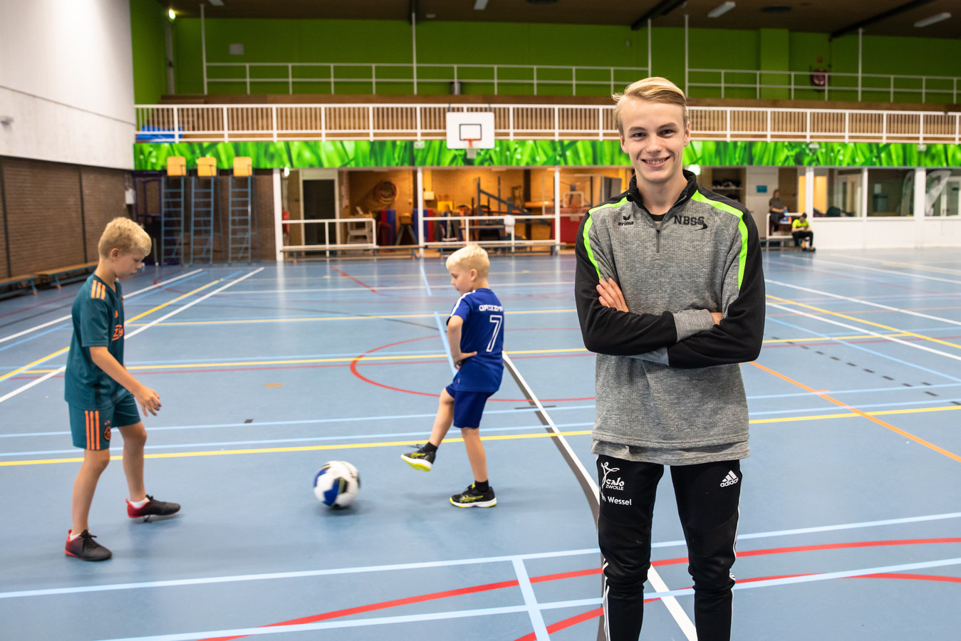 Matthijs van Wessel uit Soest doet vakantiewerk op sportieve wijze in een sporthal.