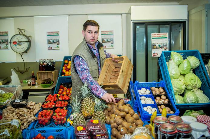 Joost Kooijmans in zijn boerderijwinkel.