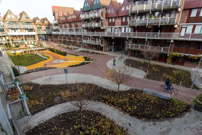 Bewoners namen zelf het initatief voor het verfraaien van de binnentuin in wooncomplex Heliport. Nu moeten ze hun bewonershonk afstaan.