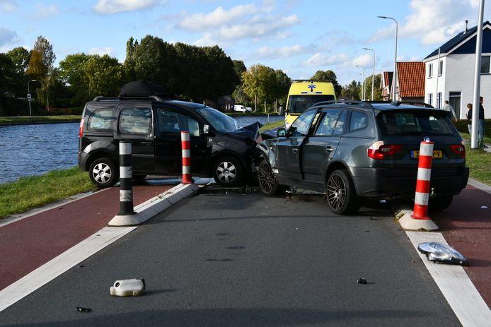 Op de Smitstraat in Daarlerveen zijn zondagmiddag twee auto's frontaal op elkaar gebotst bij een wegversmalling.