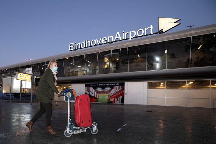 Reizigers op Eindhoven Airport tijdens de lockdown.