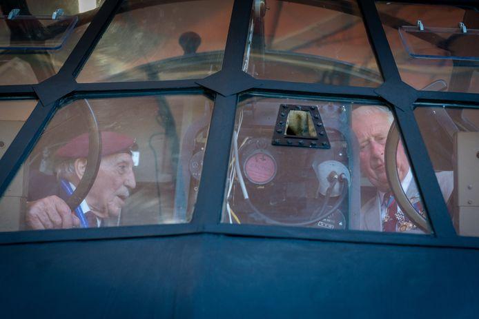Prins Charles bekeek vorig jaar de Horsa, veteraan Frank Ashley praatte hem bij.