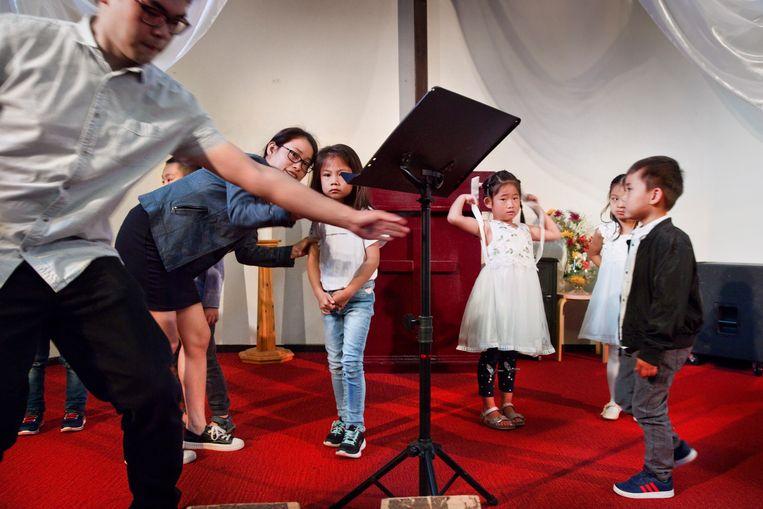 De zondagse Chinese kerkdienst in de Bethelkerk in Rotterdam. Beeld Otto Snoek