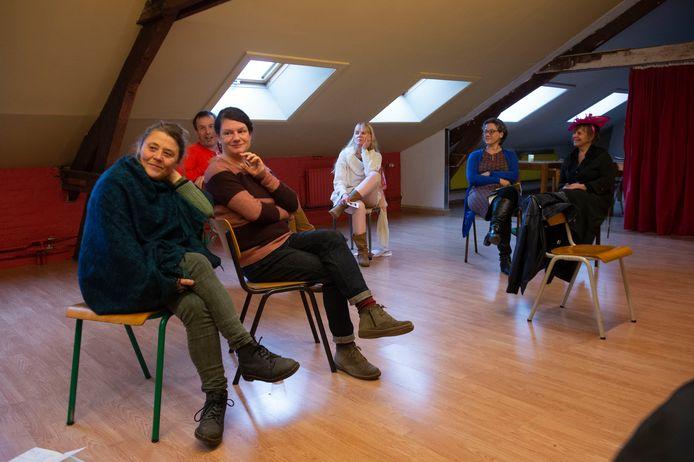 De acteurs van toneelstuk De Groene Muur houden een laatste repetitie in het Elcker-Ik centrum in Antwerpen.