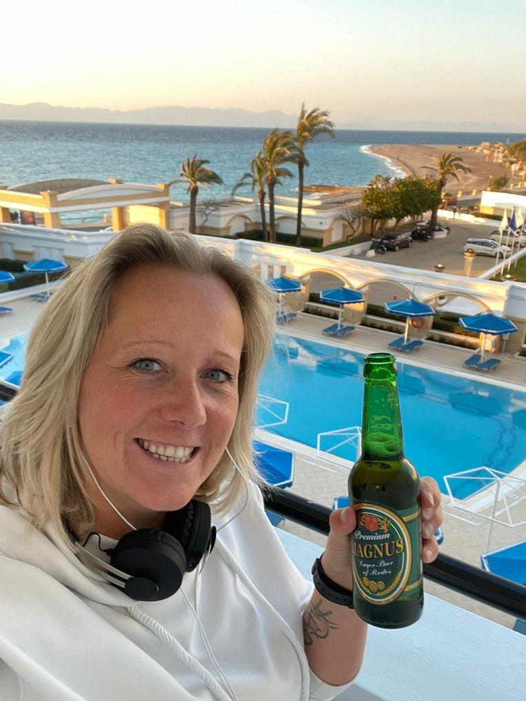 Kelly Vos op het balkon met uitzicht op het strand in Rhodos.  Beeld