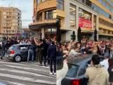 Bekende YouTuber rijdt met auto dwars door menigte op Flageyplein