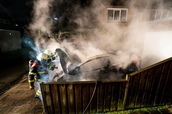 Maandag 25 januari gingen in Oosterhout een container en auto in vlammen op.