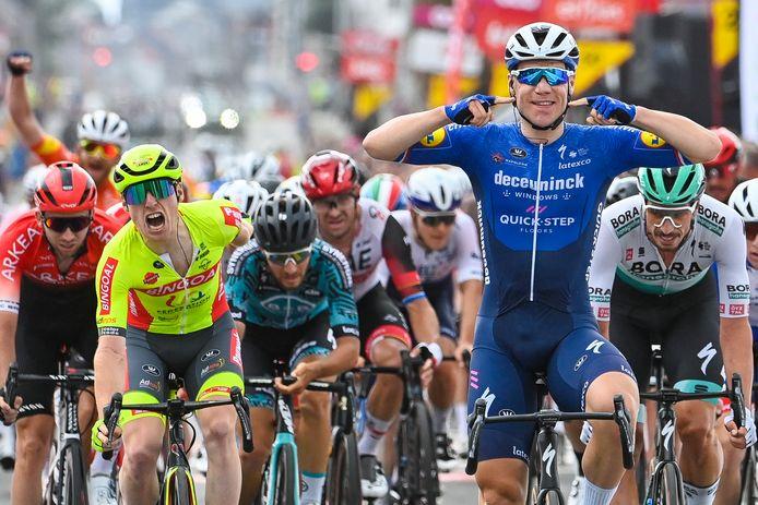 Milan Menten (links, in het geel)  eindigde derde in de slotrit van de Tour de Wallonie. De winst ging naar Fabio Jakobsen.