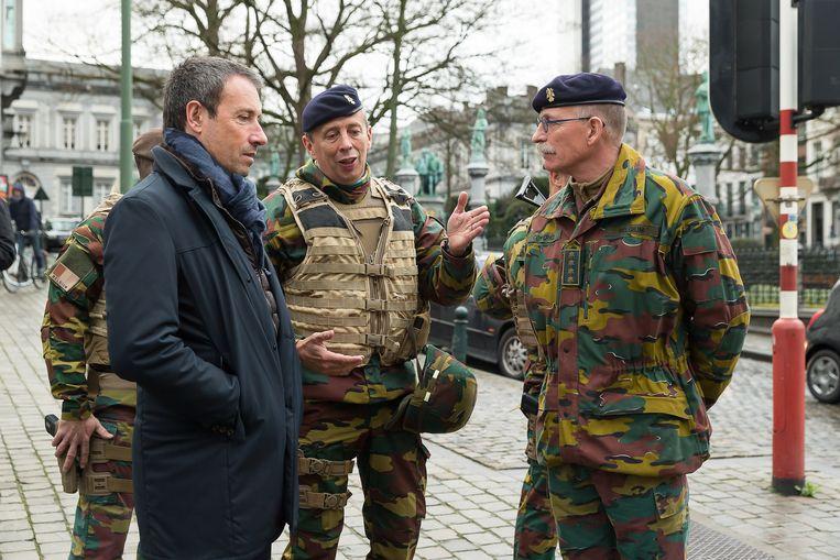 Minister van Defensie Philippe Goffin bezoekt de militairen op straat. Beeld BELGA