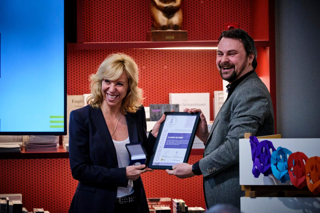 Claudia de Breij ontving dit jaar in het Stedelijk Museum Schiedam de Jillis Bruggeman Penning uit handen van wethouder Jeroen Ooijevaar.