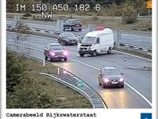 Bestelbus schiet over de vangrail op de A50, weg helemaal afgesloten
