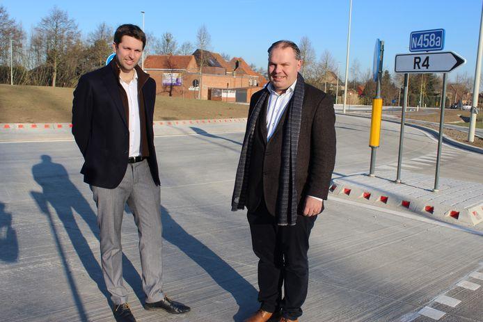 Schepen Lucas Van der Meersch en burgemeester Joeri De Maertelaere op de nieuwe rotonde.