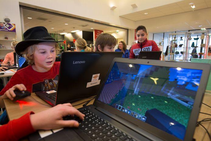 Kinderen bouwen aan hun virtuele wereld in de bibliotheek in Doetinchem.