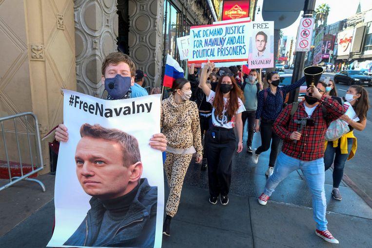 Demonstranten gaan de straat op in Hollywood om te betogen tegen de opsluiting van de Russische oppositieleider Aleksej Navalny. Beeld REUTERS