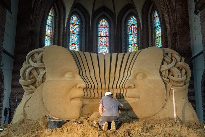 Werkzaamheden aan de zandsculpturen in de Antoniuskerk in Oosterhout zijn al bezig.