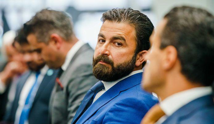 Selçuk Öztürk tijdens de algemene ledenvergadering zaterdag op het partijbureau van Denk. Rechts van hem de huidige politiek leider, Farid Azarkan. Links van Öztürk zijn collega-Kamerlid Tunahan Kuzu.