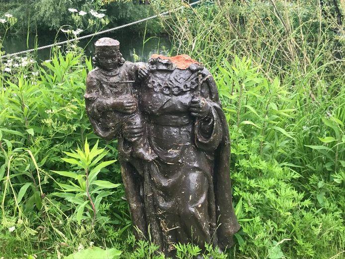 Wie mist er een heiligenbeeld? Hoe kwam het in het water terecht? Met die vragen loopt havenmeester Saskia Janssen deze dagen rond.