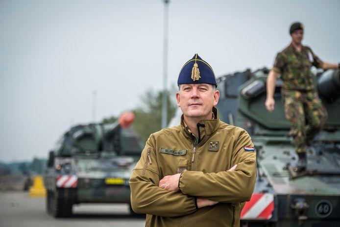 Overste Sijbrandi, commandant van het Korps Rijdende Artillerie, bij de Pantserhouwitsers van de 'Gele Rijders'.