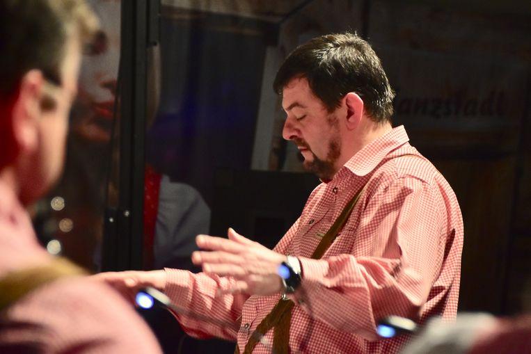 Jacky De Muynck, die zelf al ongeveer 15 jaar bij Die Original Dorfmusikanten musiceerde, vervangt Marc Debruyne als dirigent van het gezelschap.