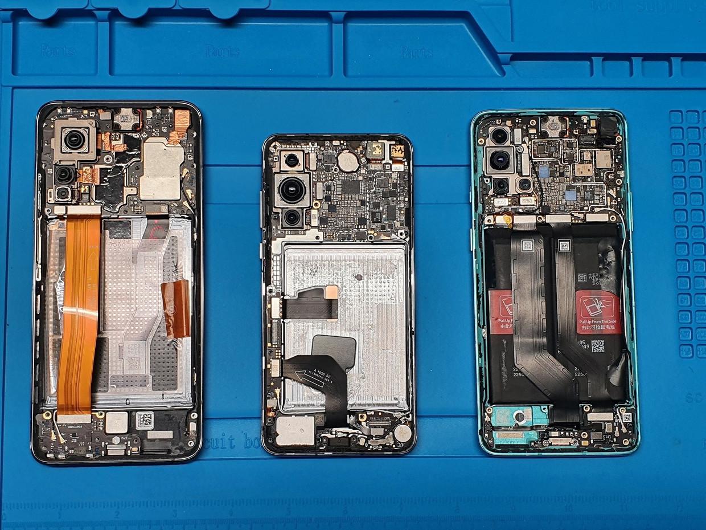 Exemplaren van Xiaomi Mi 10T 5G, Huawei P40 5G, OnePlus 8T 5G-telefoons, gefotografeerd door medewerkers in een laboratorium van het ministerie van Defensie in Litouwen en verspreid door persbureau Reuters. Beeld via REUTERS