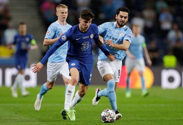 Kai Havertz in duel met middenvelder Ilkay Gundogan van Manchester City. Beeld AFP