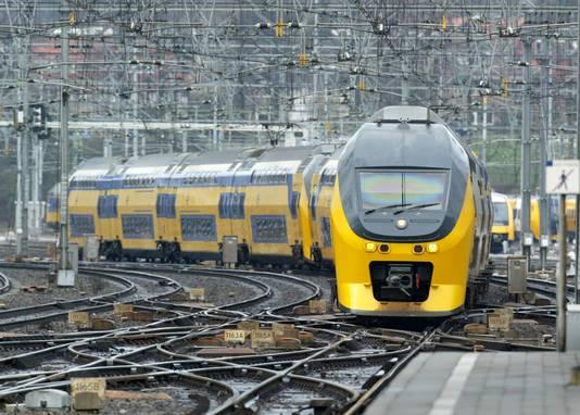 Een dubbeldeks intercity rolt binnen op station Arnhem, foto ter illustratie.