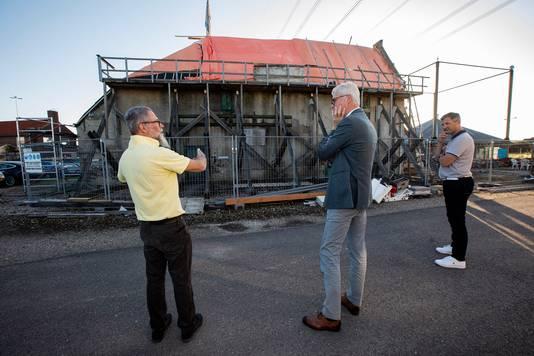 Architect Peter van Velzen (rechts) van Restauro praat wethouder Piet Vreugdenhil bij over de restauratie van de Vlietwoning. Links bestuurslid Mark Zwinkels.