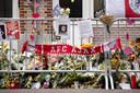 Bloemen en andere steunbetuigingen op de plek waar Peter R. de Vries werd neergeschoten in Amsterdam.