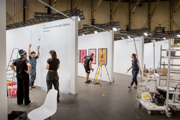 Opbouw van fotografiebeurs Unseen in Amsterdam Beeld Pauline Niks