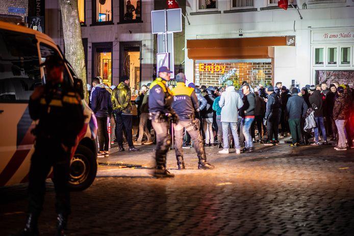 NAC-supporters verzamelden zich dinsdagavond in Breda om de politie bij te staan in de strijd tegen eventuele relschoppers.