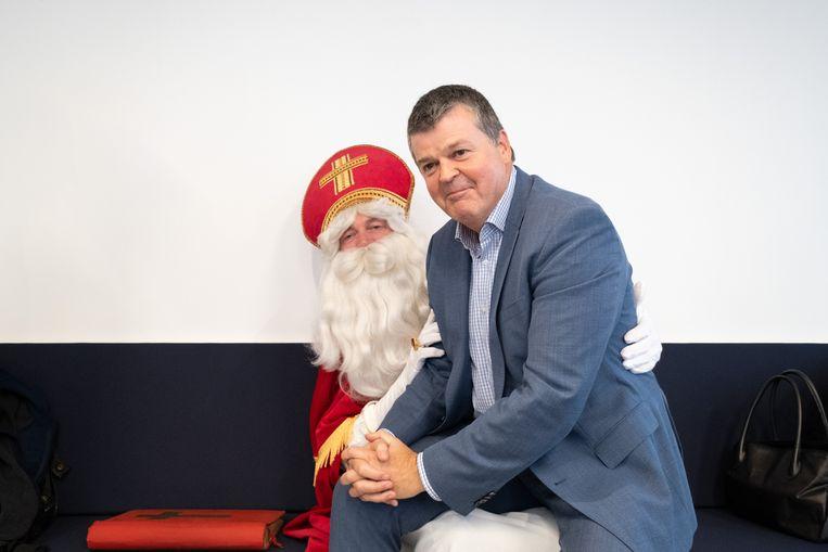 Ben je ooit te groot om op de schoot van de Sint te gaan zitten? Burgemeester Bart Somers vindt van niet.