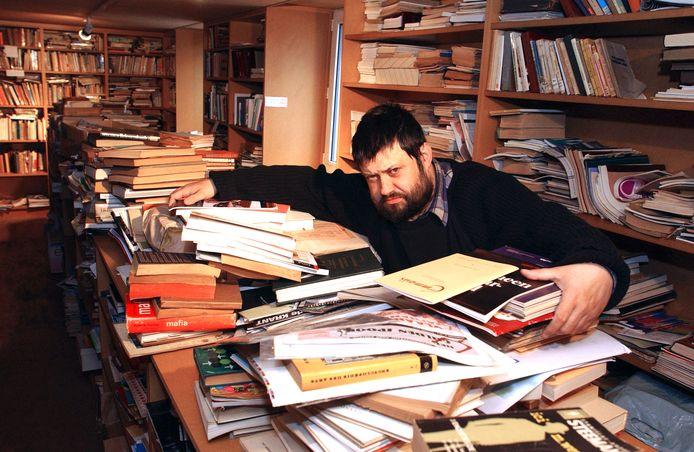 Peter Arthur Caesens in zijn Allesbehalve Ideale Bibliotheek. Hij is omgekomen temidden zijn passie: zijn boeken.