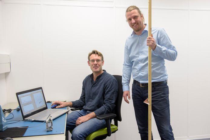 Peter Hiemstra (rechts) en Marco Klein Wolterink in de laboratoriumruimte waar een radarchip wordt getest die personen registreert.