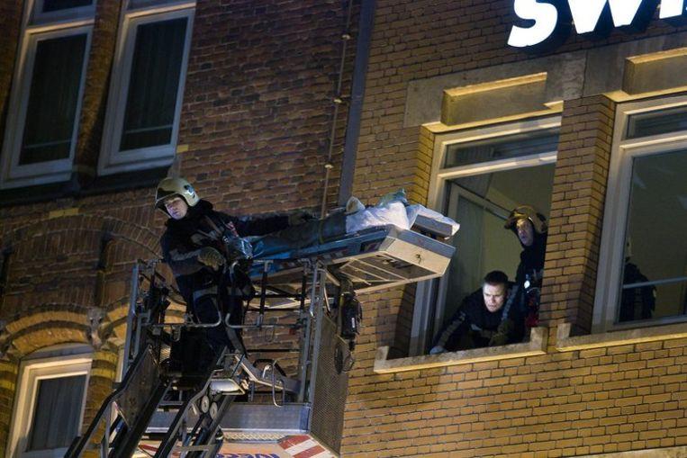 Een hotelgast wordt door de brandweer afgehesen na de brand in het Swissotel. Foto ANP/Evert Elzinga Beeld