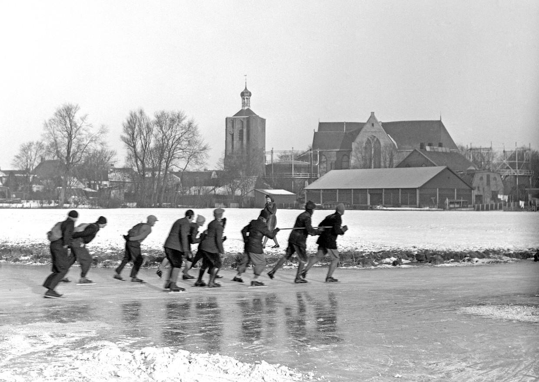 Deelnemers aan de Elfstedentocht van 22 januari 1942 passeren Workum.
