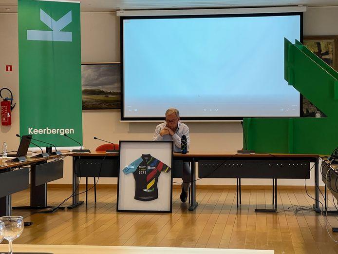 Burgemeester Erik Moons bij de voorstelling van de nieuwe huisstijl, met links het nieuwe logo.