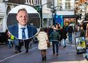 Burgemeester Ron König (inzet) dreigt met sluiting van winkels als het zaterdag te druk blijkt met sinterklaasinkopen.