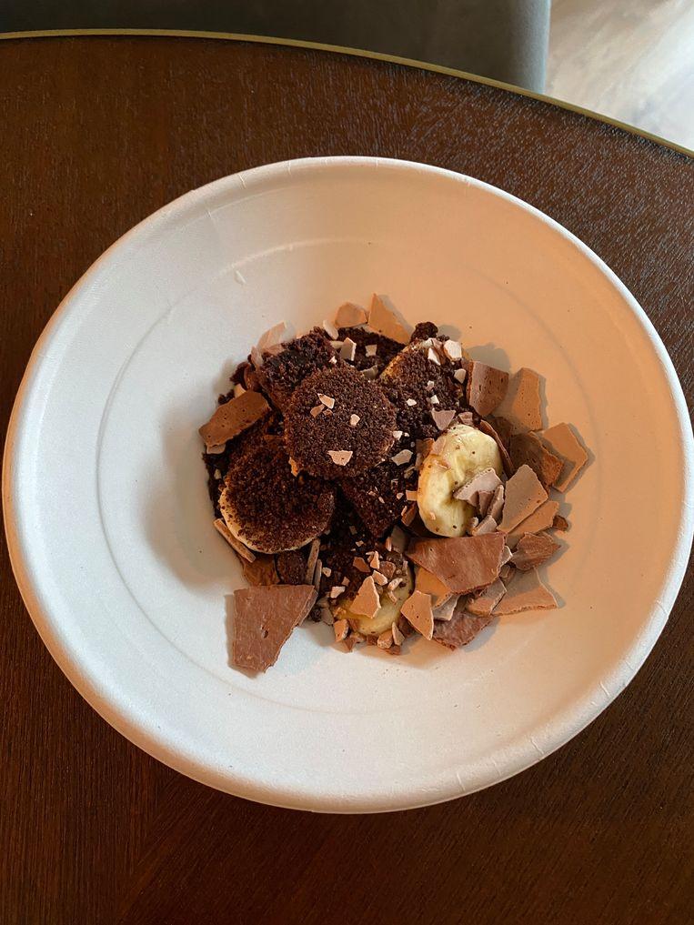 Chocoladebrownie, banaan en meringueschotsen. Beeld Monique van Loon