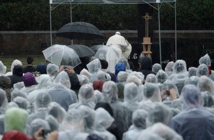 Paus Franciscus legt een krans bij het Atomic Bomb Hypocenter Park in Nagasaki.